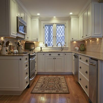 Traditional Kitchen inspiration including this small u-shaped classic kitchen with wood floors and white cabinets. #smallkitchen #kitchendesign #ushape #traditional