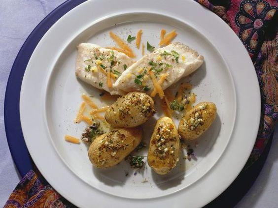 Goldbarsch mit Ofenkartoffeln ist ein Rezept mit frischen Zutaten aus der Kategorie Meerwasserfisch. Probieren Sie dieses und weitere Rezepte von EAT SMARTER!
