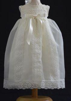 Conjunto unisex de bautizo  · Faldón y capota beige  · Tejido organza con puntillas de bolillos también en beige  · Dos tallas 3 y 6 meses  · Gran calidad
