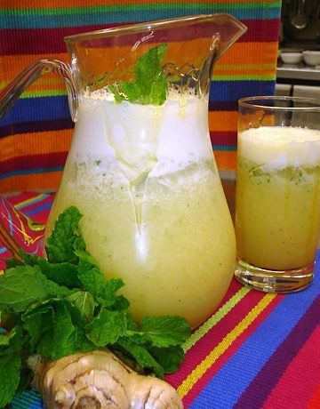 Ingredientes:  - 1/2 abacaxi com casca  - 1 colher de sopa de folhas de hortelã  - 1 colher de café de gengibre fresco picado  - 250 ml de água filtrada  -