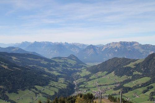 Die Wildschönau ist ein Hochtal in Tirol und ein schönes WAndergebiet. Wir empfehlen den Schatzberg, von dessen Gipfel aus man einen phantastischen Rundblick hat!