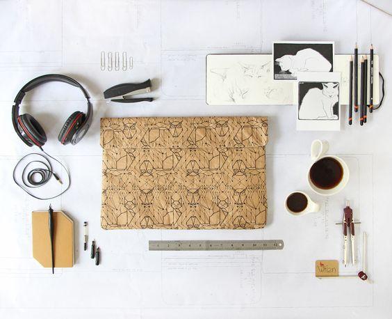 """15"""" Notebook-Tasche aus Altpapier. Bedruckt mit Eulen & Katzen. / stylish laptop sleeve made of used paper with print"""