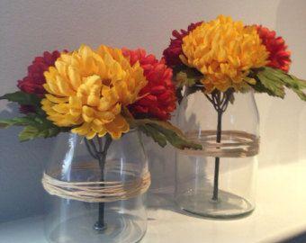 Este es un hermoso tarro de Jack-O-linterna/calabaza naranja de flores temática de Halloween otoño, perfectos para una mesa auxiliar, contador de cuarto de baño, manto de chimenea, mesa de buffet de dulces de fiesta de boda u otro evento.   TENGA EN CUENTA LAS DIMENSIONES DE LA PIEZA CENTRAL EN EL LISTADO PARA EL TAMAÑO ES PERFECTO PARA OCASIONES ESPECIALES ***  El jarrón es de cristal con una manija del metal negro y mide 3,5 H y 4,5 w el. El arreglo es ~ 6 H en el punto más alto de las…