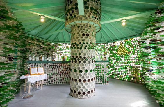 casa con le bottiglie di vetro - vista dall'interno