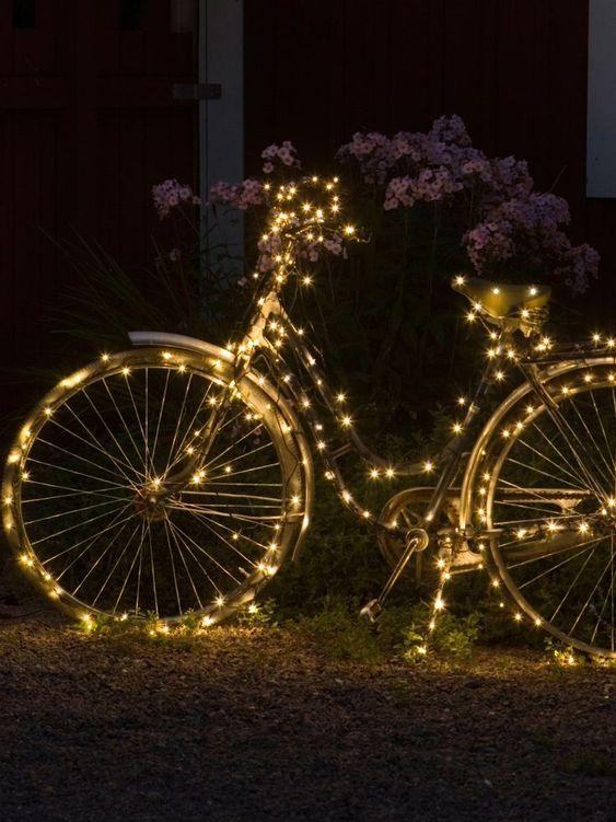 Schmückt doch zur Abwechslung nicht die Sträucher und Büsche, sondern das Fahrrad! Das steht doch im Winter doch eh nur vor dem Haus und rostet. Passend dazu gibt's Lichterketten ab 8 Euro über Clas Ohlson.
