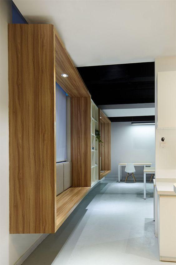 Modern Window Seat Idea - Voeg een opgeschort houten surround om standaard ramen…