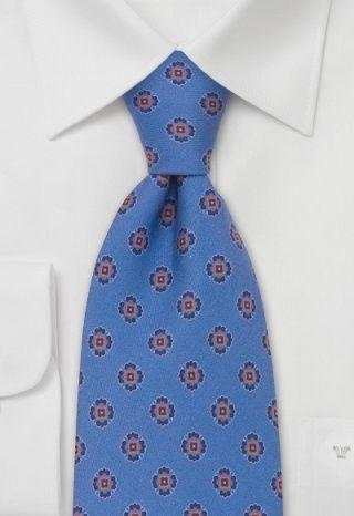 Klassisches Dekor trifft italienische Lebensfreude: verspieltes Blumenmuster auf einem Fond in hellblau. Das verspielte Design des italienischen Labels Fiorio besteht aus reiner italienischer Seide und ist 148 Zentimeter lang, bei einer Breite von 9 Zentimetern.http://www.krawatte.net/designerkrawatte-fiorio-p-11844.html