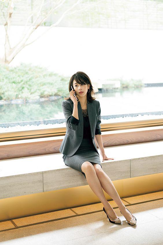 スーツをきている加藤綾子
