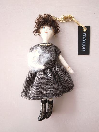 ハンドメイドマーケット minne(ミンネ)| ふんわりウールドレスの女の子 バッグチャーム