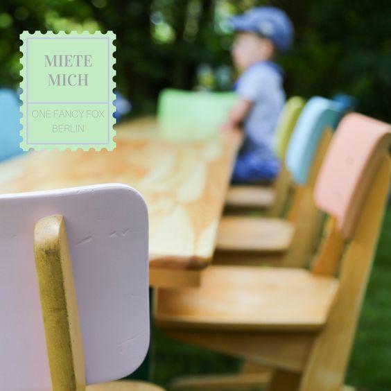 Eine kunterbunte Tüte Schulstühle - fast genau so süß wie Pastellfarbene Zuckerwatte 😋! Kinderstühle zum Mieten bei One Fancy Fox - Verleih für Vintage und Hochzeitsdekoration in Berlin!