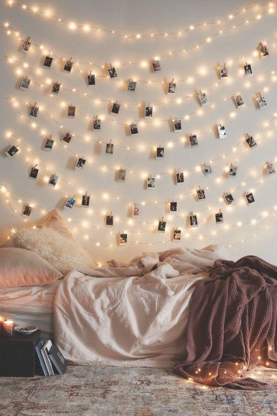 Decora una pared blanca con luces y fotografías de Polaroid. | 16 Geniales ideas para decorar tu habitación con pequeñas lucecitas: