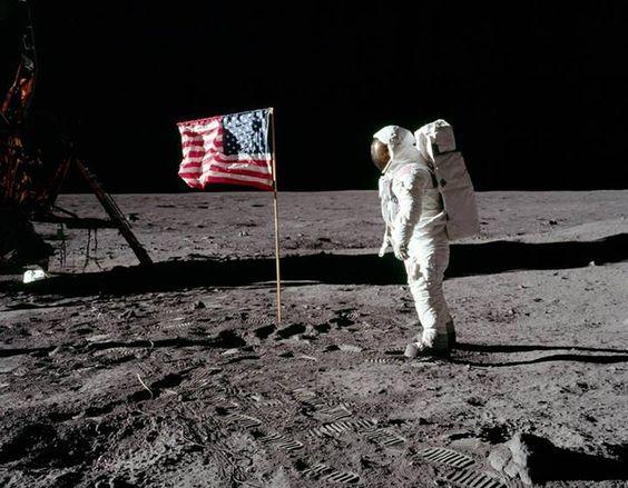 Menos de 66 anos separam o primeiro voo de avião do pouso na Lua.