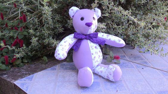 Urso de pano, pode ser confeccionado com tecidos a escolher que combinem com o restante da decoração do quartinho do bebê ou da festa. <br>Tamanho: <br>Sentado 22 cm <br>Em pé 35 cm <br>Faço em outros tamanhos.