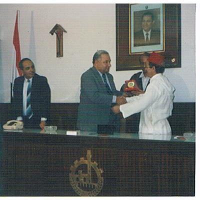 الصورة : المهندس نصار يسلم مصطفى منيغ الميدالية الذهبية لمدينة القناطر الخيرية خلال حفل مقام خصيصا للمناسبة أواخر 1999 .