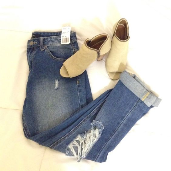 Boyfriend jeans The perfect boyfriend jeans to complete an outfit! Never worn & tag is still attached. Forever 21 Jeans Boyfriend