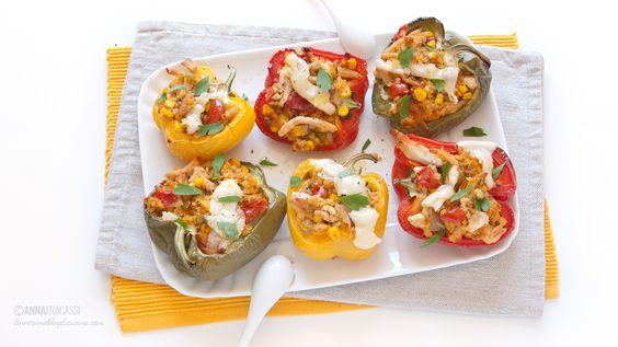 Peperoni ripieni di legumi e cereali alla messicana con pollo e mais. ©AnnaFracassi