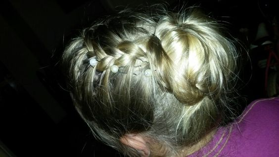 This is  my daughter's hair.... she was trying an teenage girl hairstyle.... wow and all on her own♡♥;-)