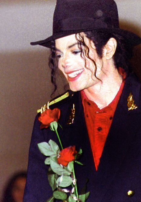 バラを持っているマイケルジャクソン