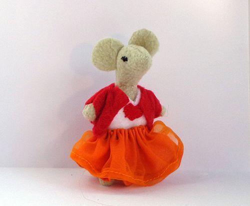 Muisje met een oranje rok, wit shirt en rood vestje