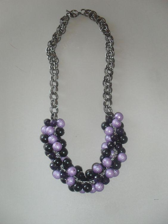 Collar de largo mediano con perlas de vidrio purpura y lavanda