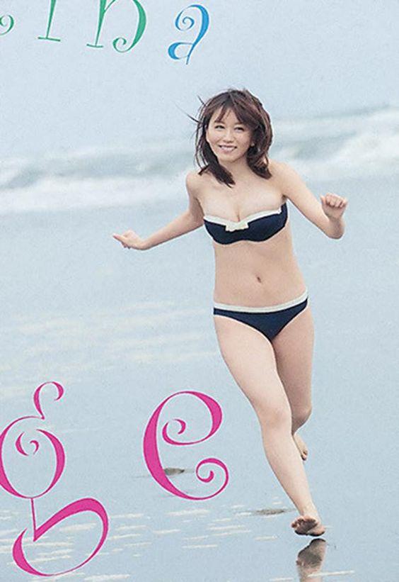 水着で砂浜をかける大場美奈