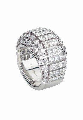 Anillo en oro gris, pavé de diamantes y brillantes, de Cartier