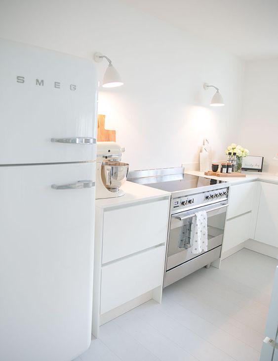 smeg kühlschrank - weiß - gubi wandlampen - weiße küche matt