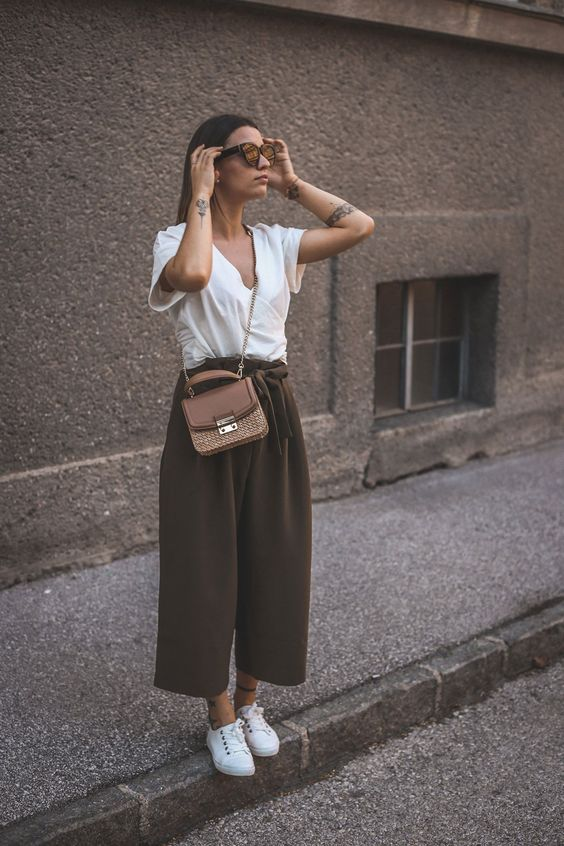 Culotte, Wickelbluse und Korbtasche culotte, culottes, wickelbluse, korbtasche, spring/summer trend, spring trend, summer trend, trendsetter, look, white shoes, sneaker, white sneaker, weiße schuhe, weiße sneaker, korbtaschen trend, taschen trends, statement sonnebrille, statement sunglasses, white and khaki, weite hose, trendhose frühling
