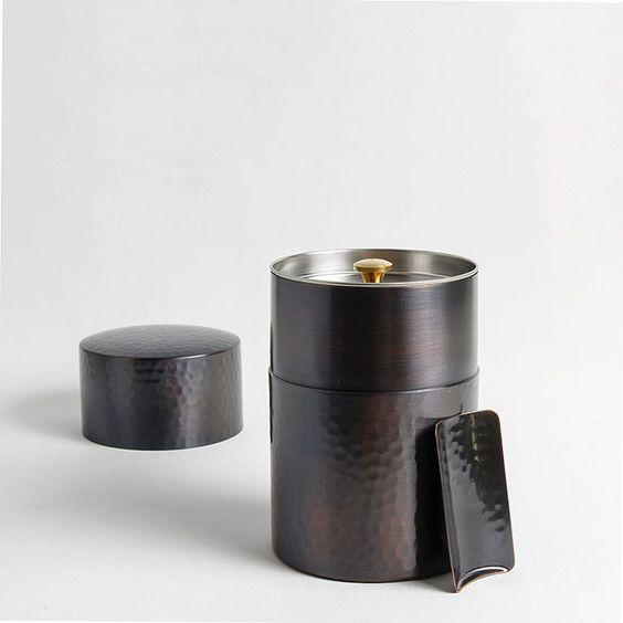 "Boîte à thé et son ""chasaji"" (cuillère doseur ) en cuivre martelée réalisée à la main par le fabriquant japonais d'ustensiles à thé Sasage Shoji.  Hammered copper tea canister and its ""chasaji"" ( measuring spoon ) handmade by the Japanese tea utensils maker Sasage Shoji.  www.maisongodillot.com  #refinedstuff #timeless #maisongodillot #instahome #instadeco #madeinjapan #buyfolk #faitmain #handmade #handcrafted #livefolk #artisanat #ardentfinds #slowlife #handmade #instadeco #interiordesign…"