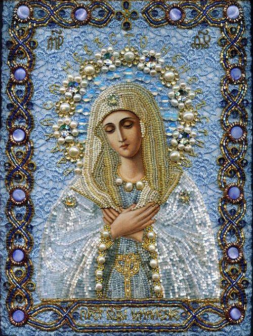 virgen Maria recamada en piedras