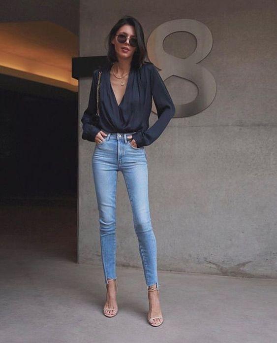 O sapato certo para usar com calça jeans - #GuitaModa. Camisa cinza soltinha com manga e decote, calça skinny jeans, sandália de duas tiras