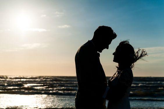 #bruidspaar #strand #zonsondergang Trouwen in een strandclub in Scheveningen | ThePerfectWedding.nl | Fotocredit: Trouw Trendy