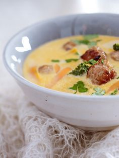 Sie wärmen in der kalten Jahreszeit, machen satt und heizen dem Stoffwechsel ein: unsere Low Carb Suppenrezepte. Ersetzen Sie einfach eine Hauptmahlzeit mit einem unserer Suppenrezepte und sie wiegen schnell 3 Kilo weniger.