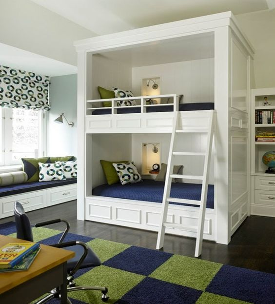 Design moderne de pépinière avec tapis bleu et gris et oreiller motif ronde a également table et une chaise apprentissage