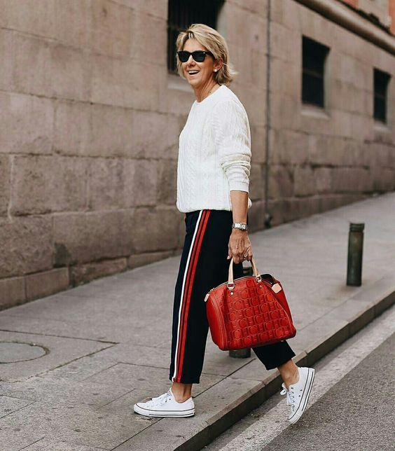 Calça esporte com pulover e tênis branco  @margapau  #moda #estilo #tendência #fashion #fashionblog #modamujer #modafeminina #streetstyle #streetfashion #streetwear #modaderua #estiloderua #outfitt #ootd #outfitoftheday #outfitideas #outfits