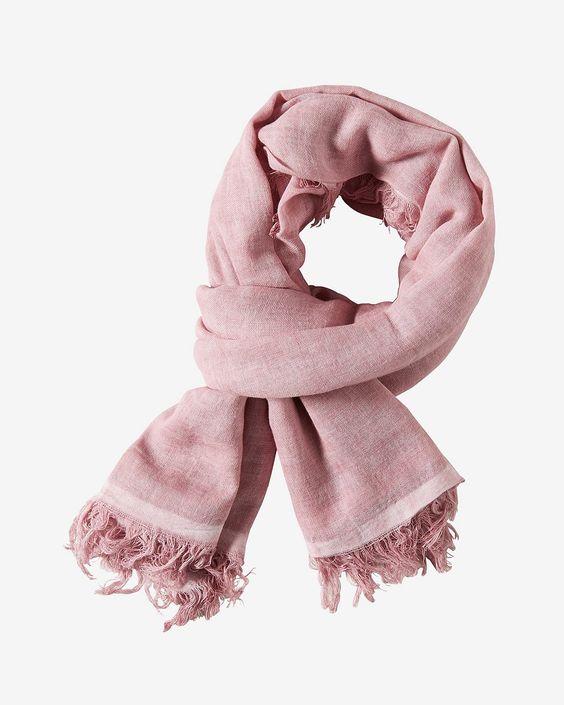 Tuch    Großformatiger Schal aus leichtem Baumwollgewebe. Ein spezielles, vorangegangenes Färbeverfahren verleiht ihm seinen dezenten Used-Look. Kurze, stoffeigene Fransen runden das Gesamtbild ab. Aus 100% Baumwolle....