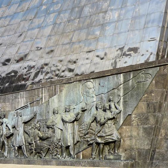 Lenin showing the way to #space - #thefinalfrontier on the monument to #spaceexploration in #moscow #Soviet #ussr #history #russia #вднх