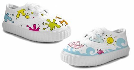 Zapatillas pintadas a mano para niños.