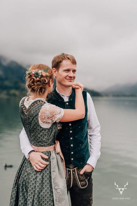 Was für wunderschöne Hochzeitsfotos im Nieselregen am Schliersee. Diese Standesamthochzeit war etwas ganz Besonderes!  #regenhochzeit #hochzeit #regenfotos #schliersee #trachtenhochzeit #nieselhochzeit #hochzeitsfotos #trachtenfotos #standesamt #standesamtschliersee