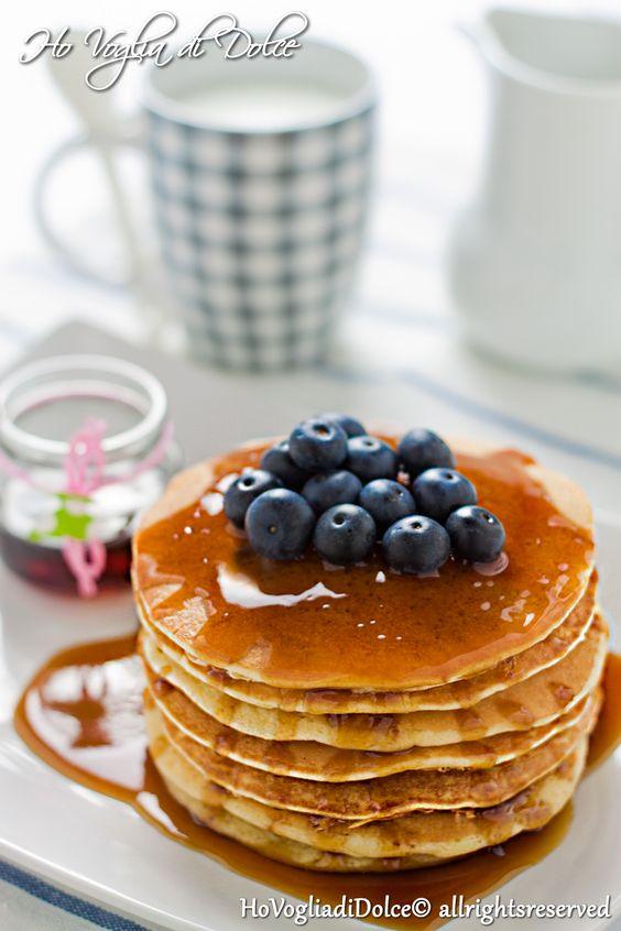 Pancakes al latte di mandorla.... ed un blog compleanno