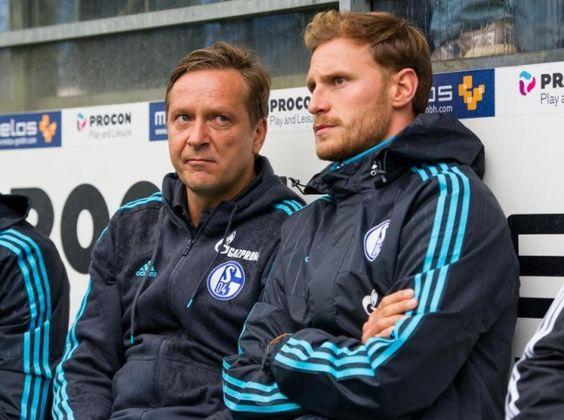 Benedikt Höwedes (r) im Gespräch mit Schalkes Vorstand Sport, Horst Heldt.