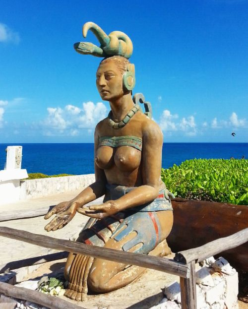 Statue at Isla Mujeres in Mexico