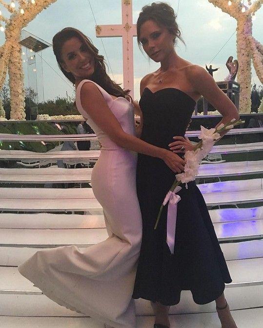 Svatební šaty pro Evu Longoriu navrhla Victoria Beckham.