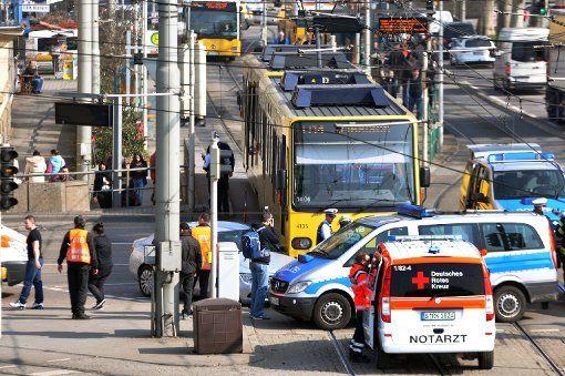 Rosensteinbrücke in Bad Cannstatt - Stadtbahn kracht in Mercedes - Am Donnerstagvormittag kommt es an der Rosensteinbrücke in Stuttgart-Bad Cannstatt zu einem Unfall mit einer Stadtbahn und einem Auto. Drei Menschen wurden leicht verletzt, ein Verkehrs-Chaos blieb aus. http://www.stuttgarter-zeitung.de/inhalt.rosensteinbruecke-in-bad-cannstatt-stadtbahn-kracht-in-mercedes.31829982-5935-4bac-8d33-de0f9b5405c3.html