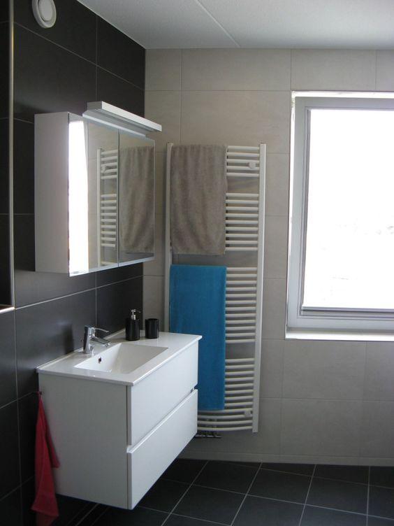 Tijdloze donkergrijze badkamer gerealiseerd door Sanidrome Ester Oom ...