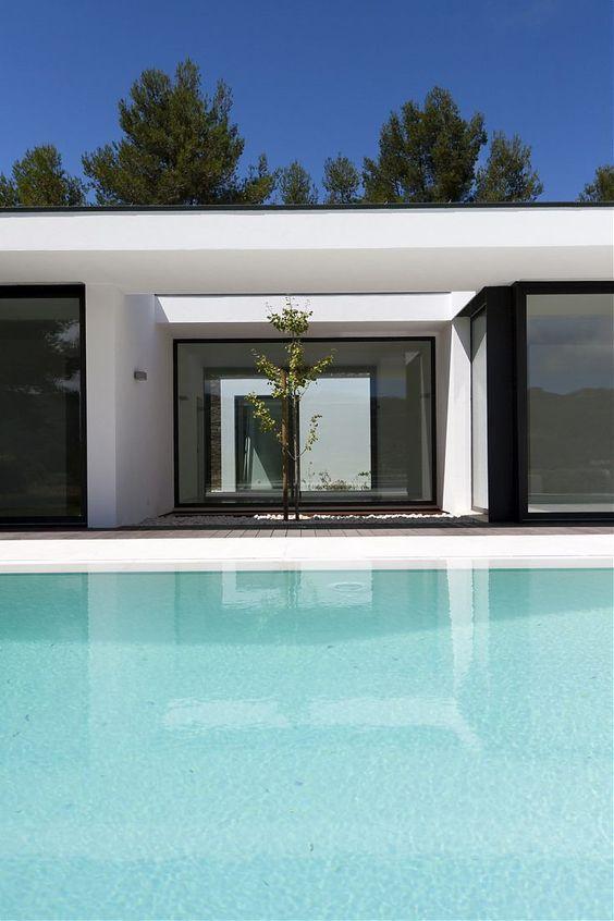 Ter uma casa e uma boa vista para se inspirar e relaxar!!! Veja este projeto do escritório Portugues João Brandão/Margarida Gomes Arquitetos , em Nafarros