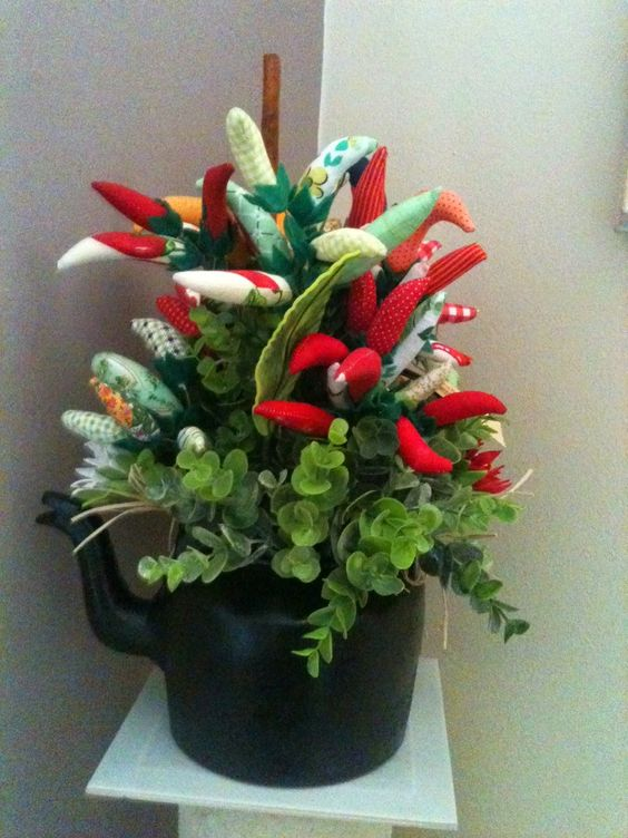 ATELIÊ SANDRA MARIA: Chaleira decorada com pimentas em tecido