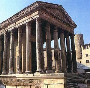 Der römische Tempel weisst die griechische Gliederbauweise auf. Das heisst, dass die ein einzelnen Glieder (Bauteile) wie Säulen, Architrav, Giebel etc. als Einzelteile zu einem Ganzen gebaut wurden.