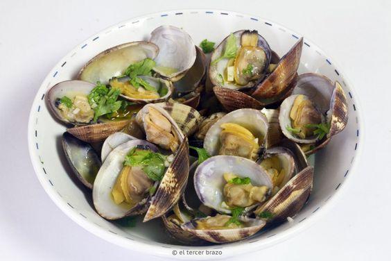 Las almejas marinera es una receta tradicional de origen gallego, muy popular en todo el territorio español. ideal para una tapa ligera con sabor.