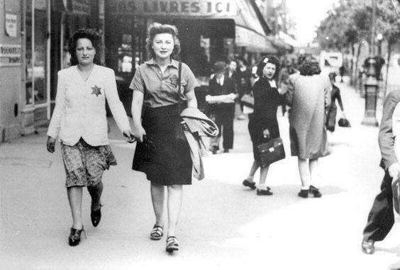 """היום לפני 74 שנה (16.07.1942): גירוש היהודים מפריז. באחד מימי חמישי של יולי 1942, בשעת בוקר מוקדמת, התפרסו יותר מ‑4,000 שוטרים ברחובות פאריס ובידיהם צווי מעצר לעשרות גברים, נשים וילדים יהודים. בתוך ימים ספורים רוכזו 13,152 אנשים לקראת גירושם למחנות ההשמדה. רק מאה מהם נותרו בחיים. גירוש היהודים להשמדה, ב-16 וב-17 ביולי 1942, בוצע על ידי משטרת צרפת תחת ממשלת וישי, על פי הנחיות הנאצים. מעל ל-13,000 קורבנות, ביניהם יותר מ-4,000 ילדים, נכלאו באצטדיון החורף """"ול דיב"""", בפריז. משם הם נלקחו למחנות…"""